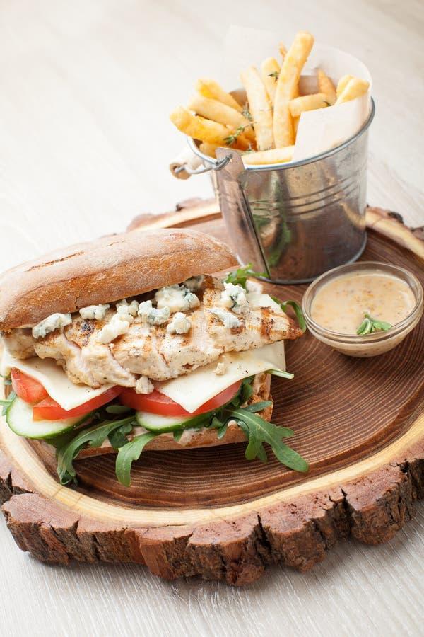 Hamburger de sandwich au poulet à blé, pommes de terre frites, sauce à moutarde Se image libre de droits