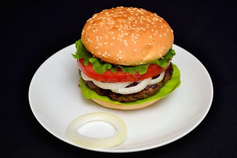 Hamburger de veau avec de la salade photographie stock