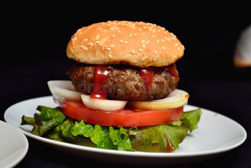 Hamburger de veau avec de la salade photos stock