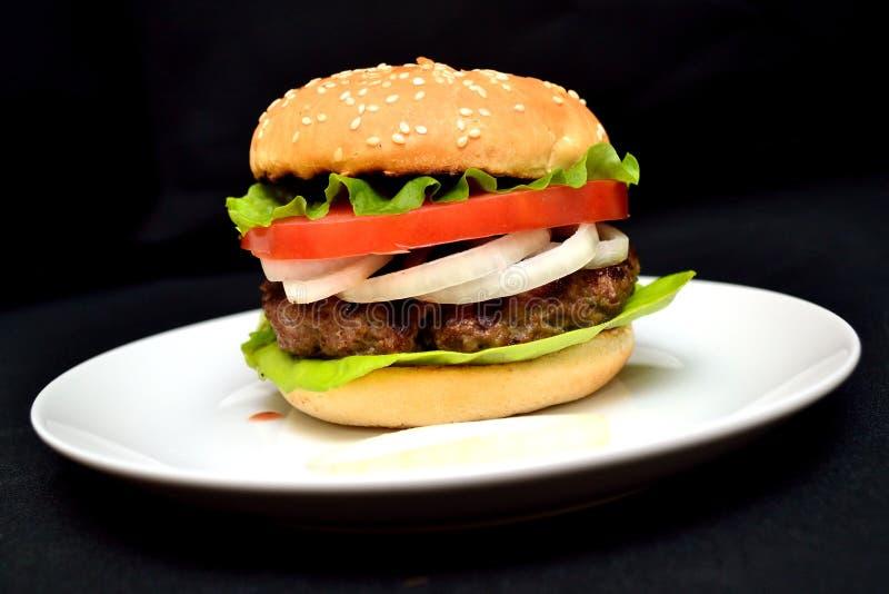 Hamburger de veau avec de la salade photo libre de droits
