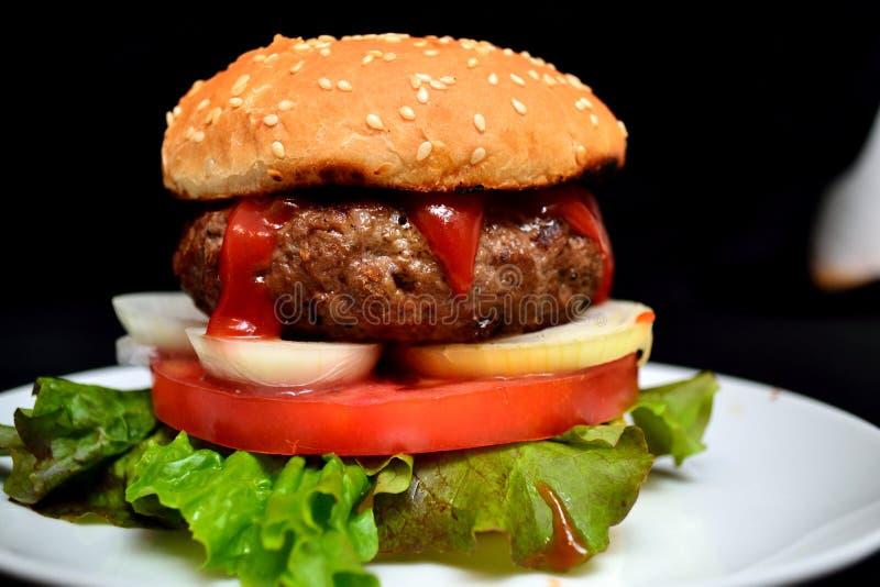 Hamburger de veau avec de la salade image libre de droits