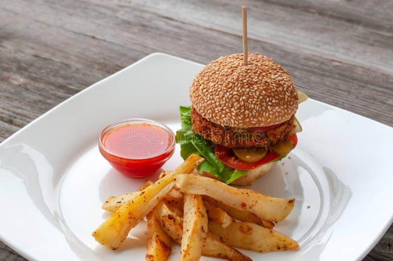 Hamburger de Vegan, ingrédients : petit pain de sésame, Patty des pois chiches, piment photos stock