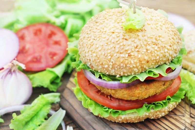 Hamburger de Veggie avec des pois chiches petit pâté, aliments de préparation rapide de vegan photographie stock
