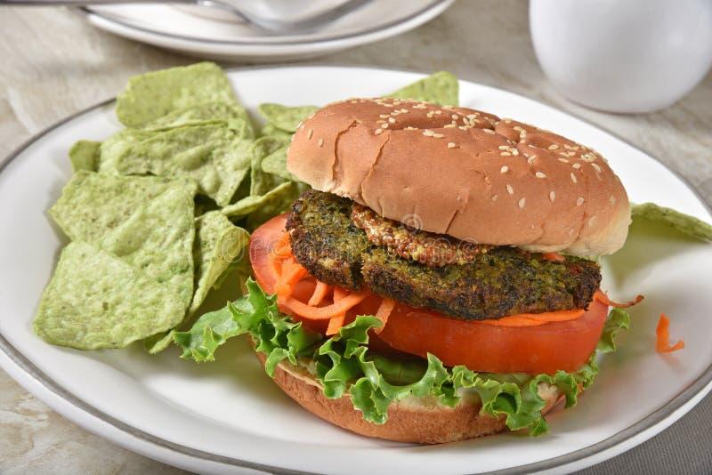 Hamburger de Veggie avec des puces de tortilla de guacamole image libre de droits