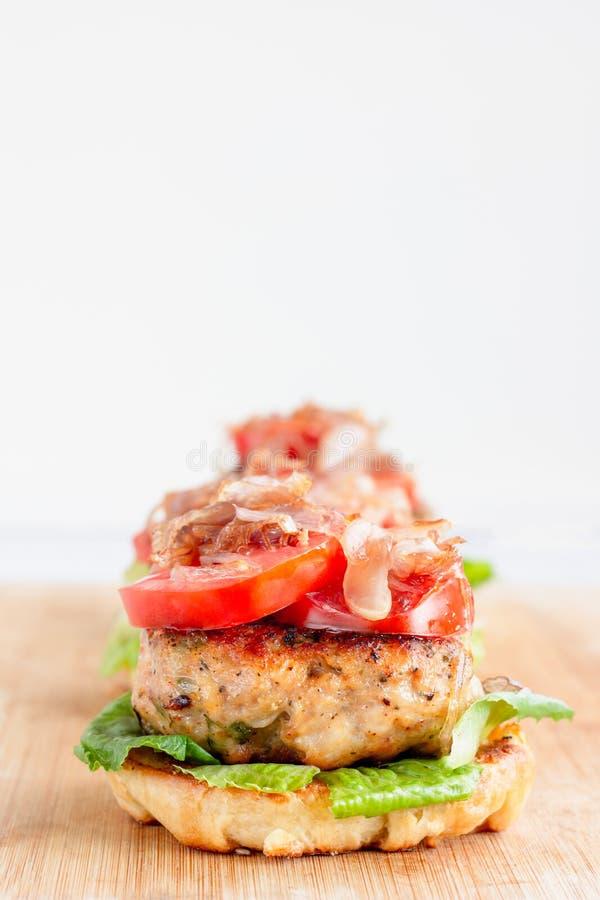 Hamburger Deconstructed de poulet/photo verticale d'hamburger images stock