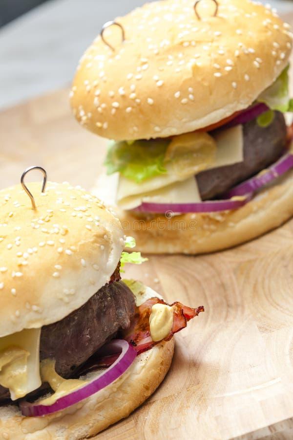 Hamburger del manzo con formaggio fotografia stock