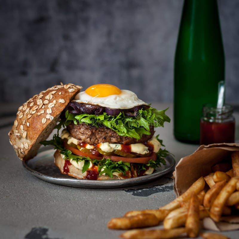 Hamburger del manzo di Foodporn, alimenti industriali immagine stock