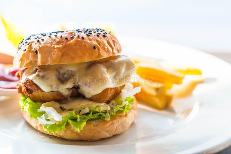 hamburger del pollo fritto con formaggio fotografie stock