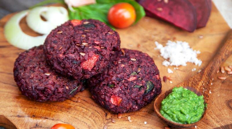Hamburger del vegano con barbabietola immagine stock