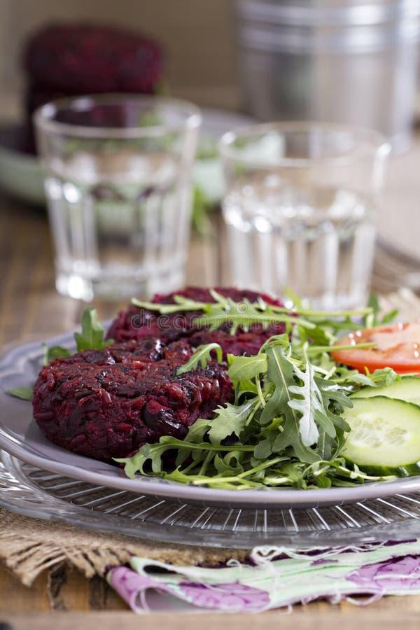 Hamburger del vegano con barbabietola ed i fagioli immagine stock libera da diritti