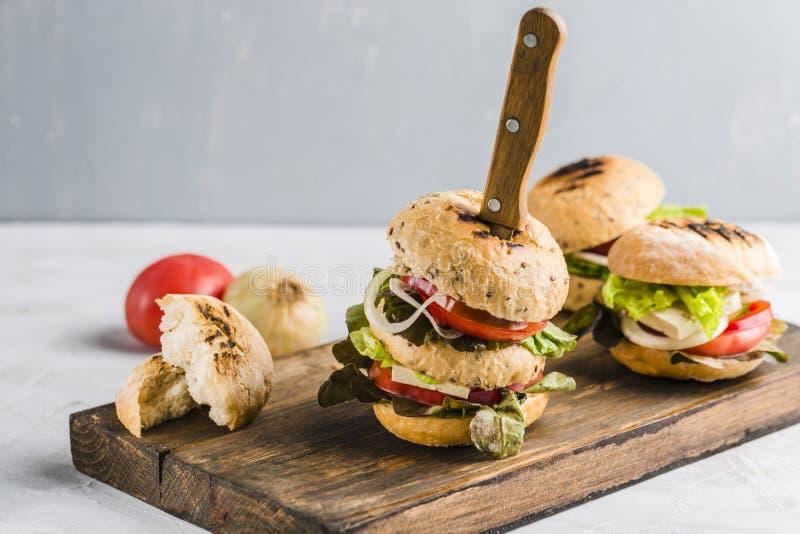 Hamburger del vegano con il formaggio ed i funghi del tofu fotografia stock libera da diritti