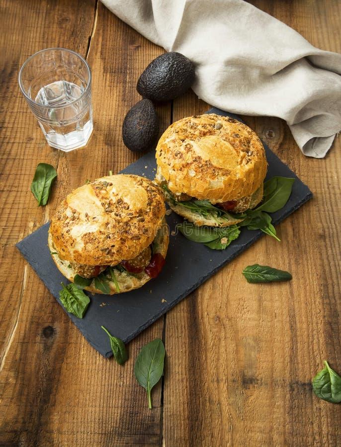 Hamburger del vegano con le palle, l'avocado e gli spinaci dei ceci del falafel fotografia stock libera da diritti
