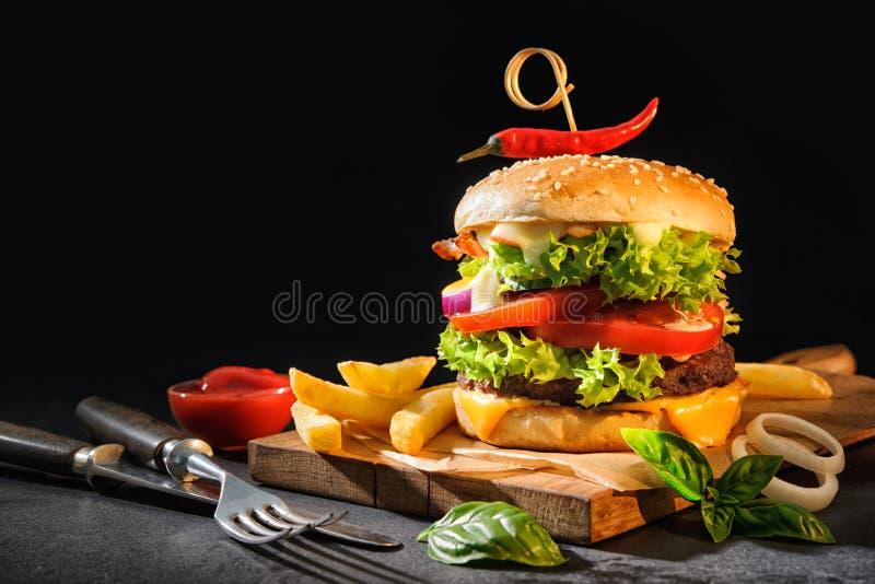 Hamburger delicioso com batatas fritas fotos de stock