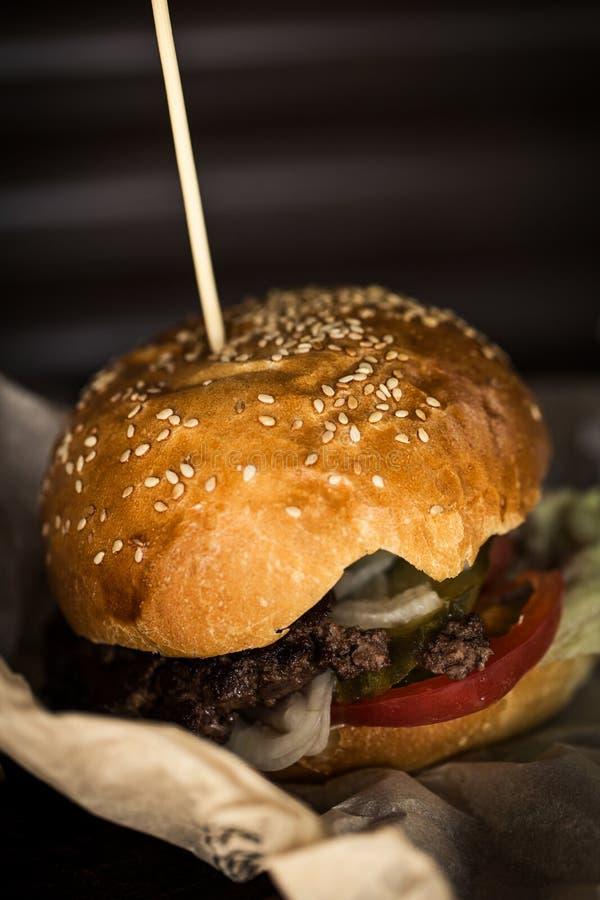 Hamburger delicioso com batatas fritas na tabela de madeira fotografia de stock