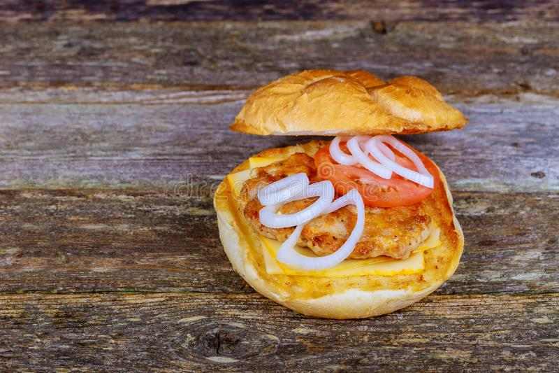 Hamburger delicioso com o rucola na tabela de madeira imagens de stock