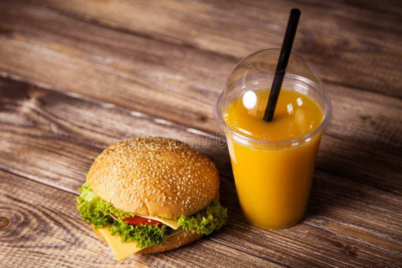 Hamburger delicioso em uma tabela de madeira foto de stock