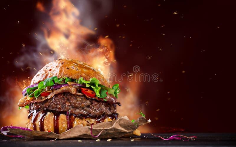 Hamburger delicioso na madeira imagens de stock