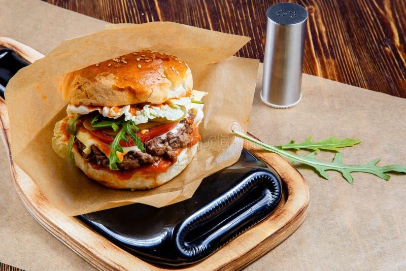 Hamburger delicioso na tabela de madeira imagens de stock