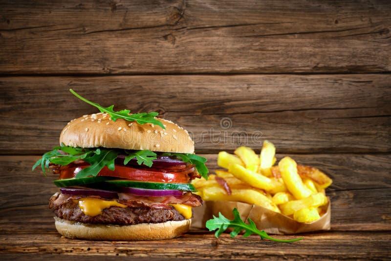 Hamburger delicioso na tabela de madeira foto de stock