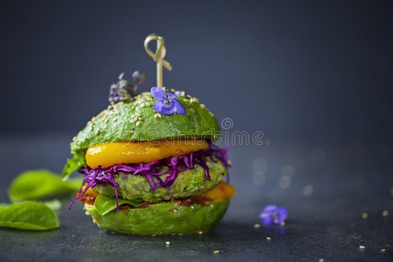 Hamburger dell'avocado con il tortino verde fotografie stock libere da diritti
