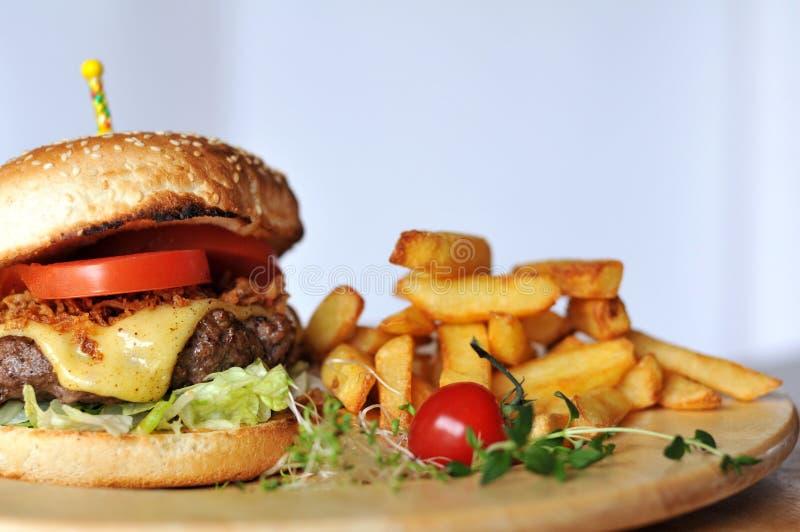 Hamburger della carne con le fritture immagini stock