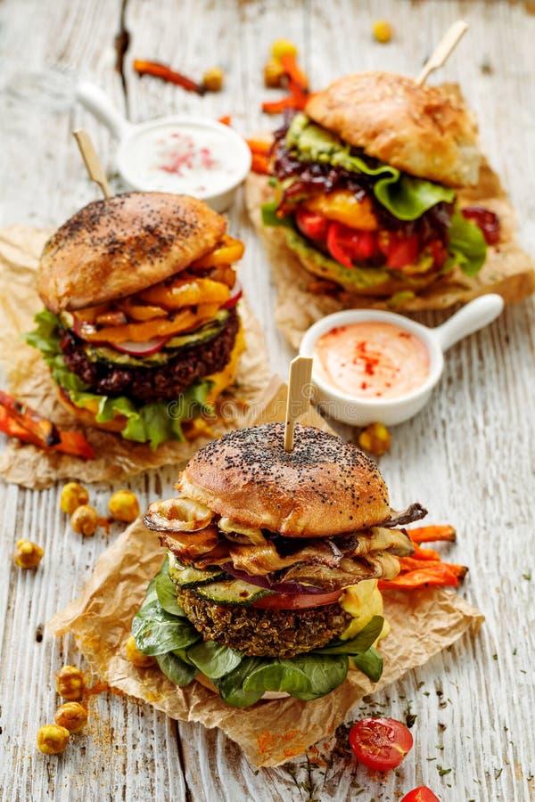 Hamburger della verdura, hamburger casalingo del vegano con le verdure fresche e arrostite e la salsa di curry aromatica su una t fotografia stock