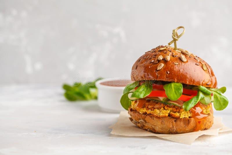 Hamburger delle lenticchie del vegano con le verdure e la salsa di curry Parte posteriore della luce immagini stock libere da diritti