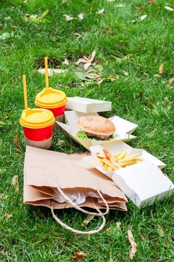 Hamburger dello spuntino sull'erba verde immagine stock libera da diritti