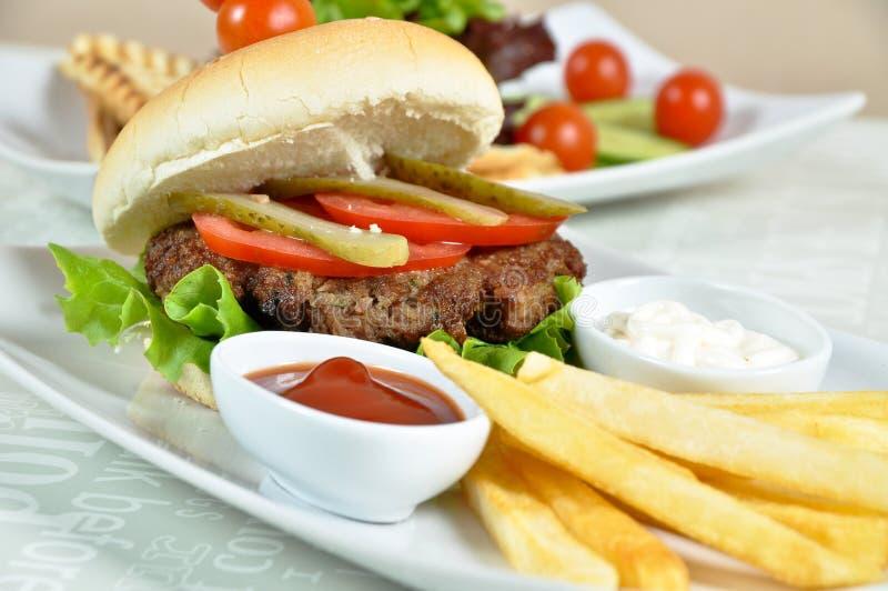 Hamburger e batatas fritas especialmente preparados fotografia de stock