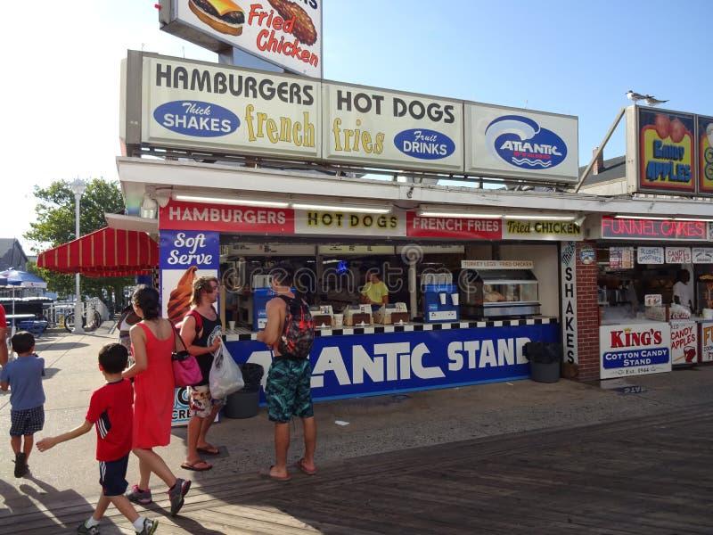 Hamburger e cães quentes imagem de stock