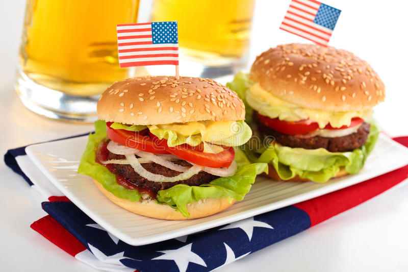 Hamburger e cerveja imagem de stock