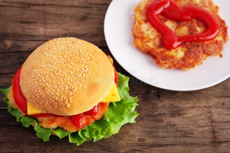 Hamburger e cotoletta del pollo immagini stock libere da diritti