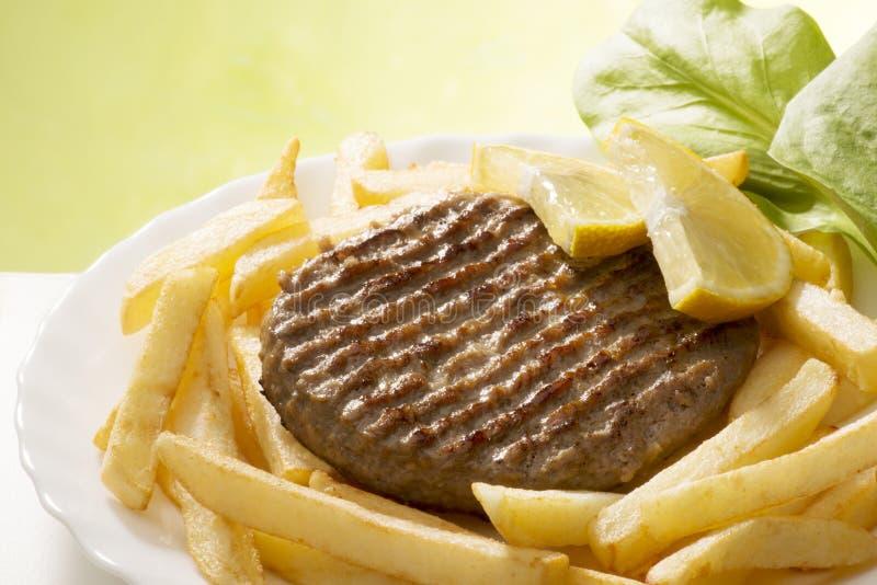 Hamburger e microplaquetas foto de stock