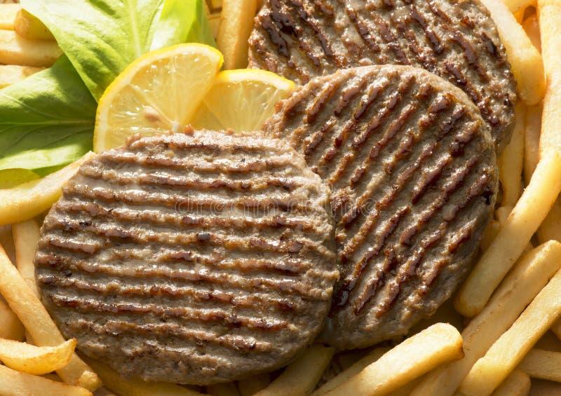 Hamburger e microplaquetas fotografia de stock