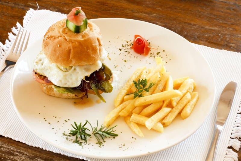Hamburger e microplaquetas do gourmet fotografia de stock royalty free