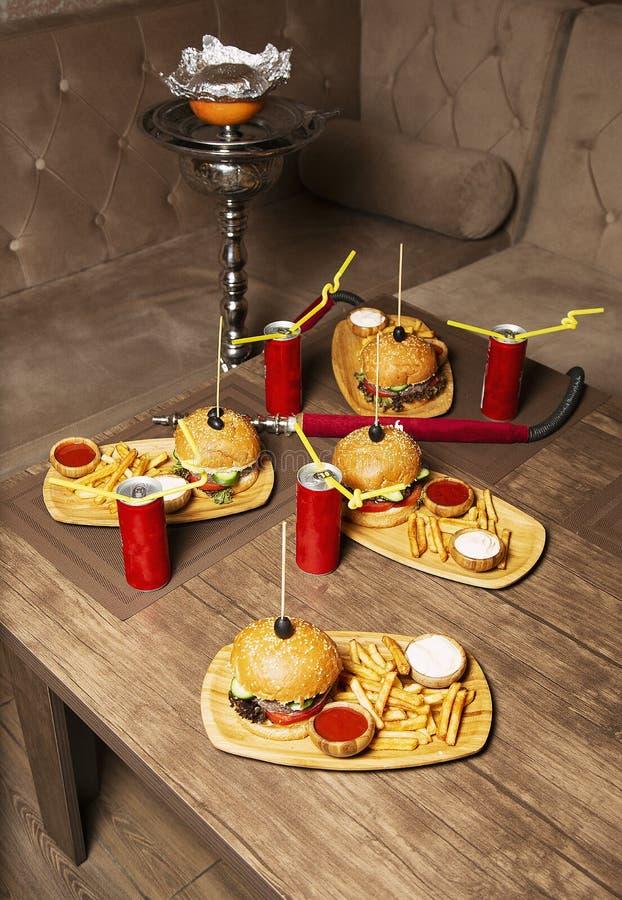 Hamburger e patate fritte saporiti freschi del manzo fotografie stock