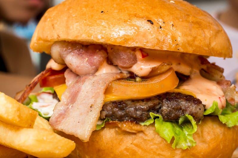 Hamburger e patate fritte sul legno fotografia stock