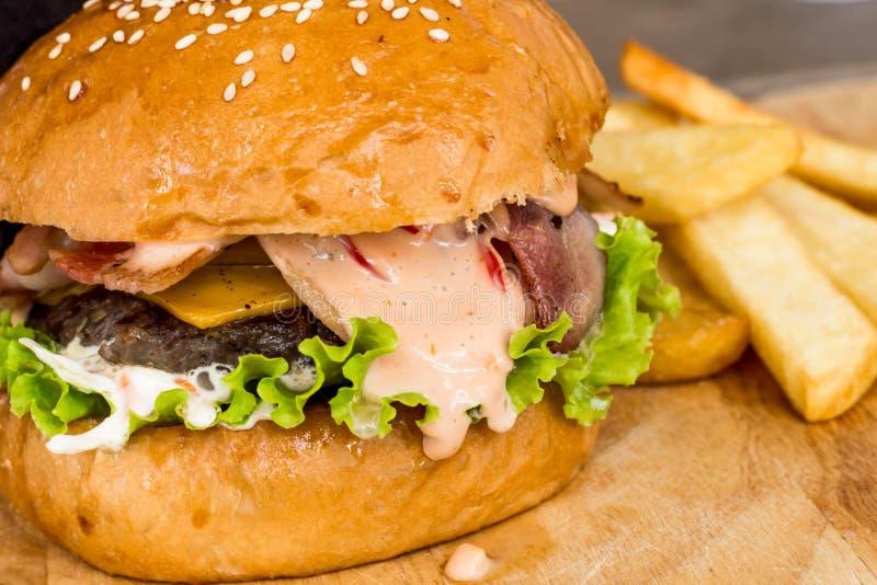 Hamburger e patate fritte sul legno fotografia stock libera da diritti
