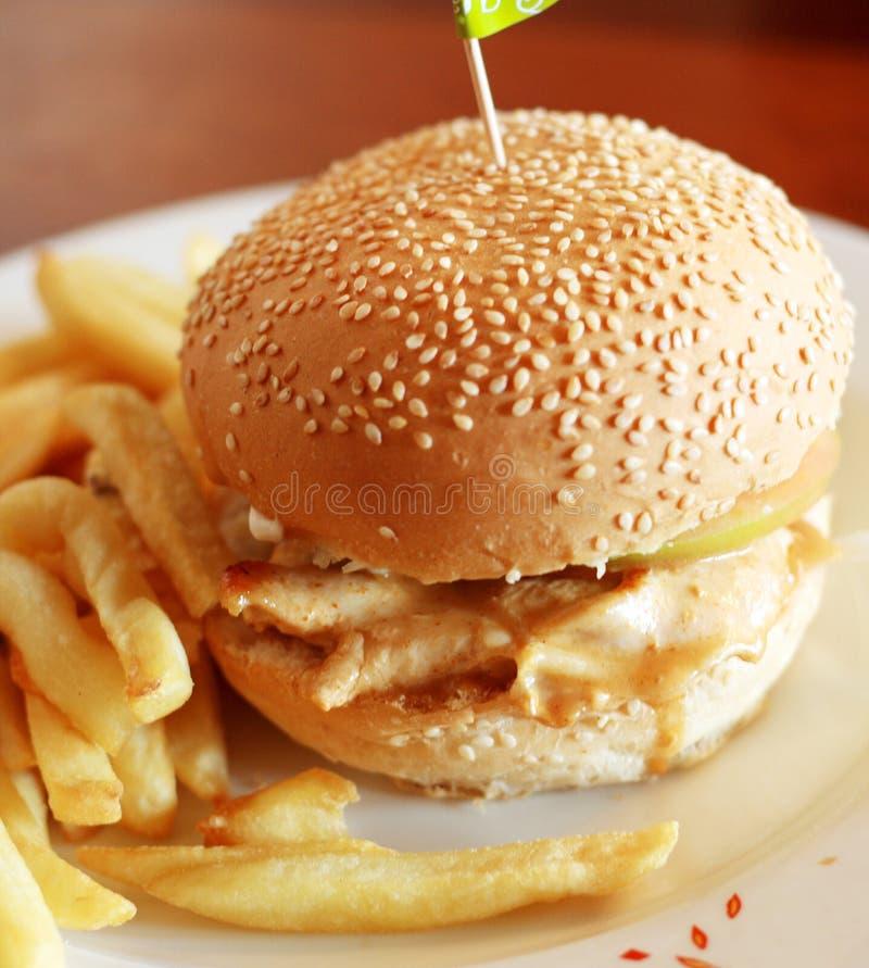 Hamburger e patatine fritte del pollo fotografia stock libera da diritti