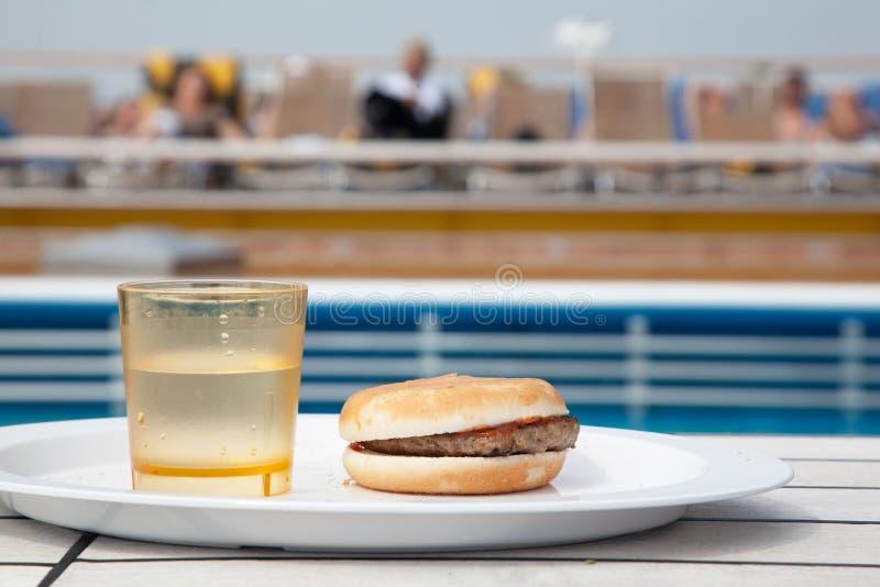 Hamburger e vetro di acqua fotografia stock