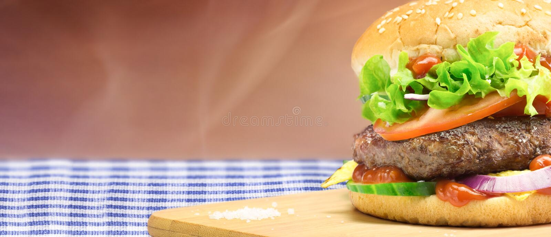 Hamburger - eigengemaakte hamburger met verse groenten stock fotografie