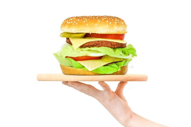 Hamburger em uma bandeja de madeira imagem de stock royalty free