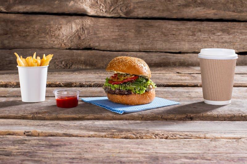 Hamburger en document koffiekop stock afbeeldingen