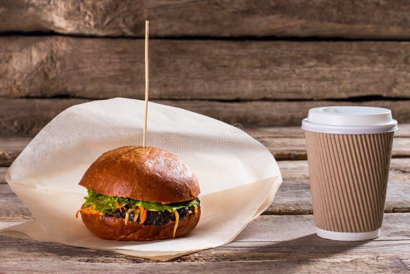 Hamburger en document koffiekop stock afbeelding