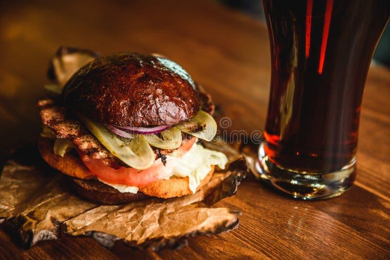 Hamburger en donker bier bij de bar royalty-vrije stock foto