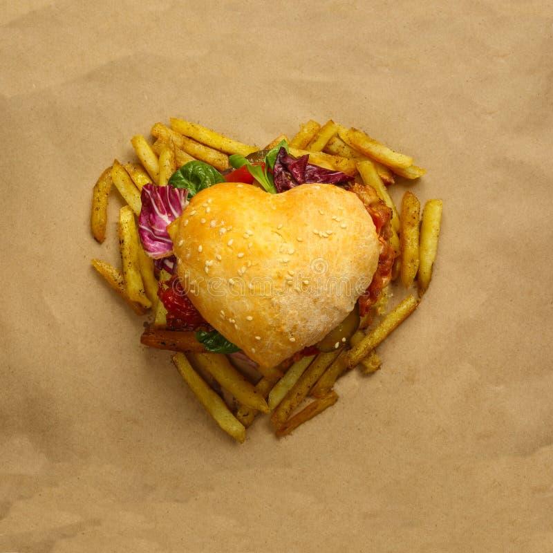 Hamburger en forme de coeur photos libres de droits