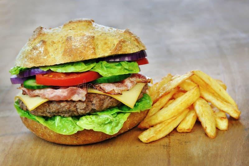 Download Hamburger en frieten stock foto. Afbeelding bestaande uit bureau - 29506110