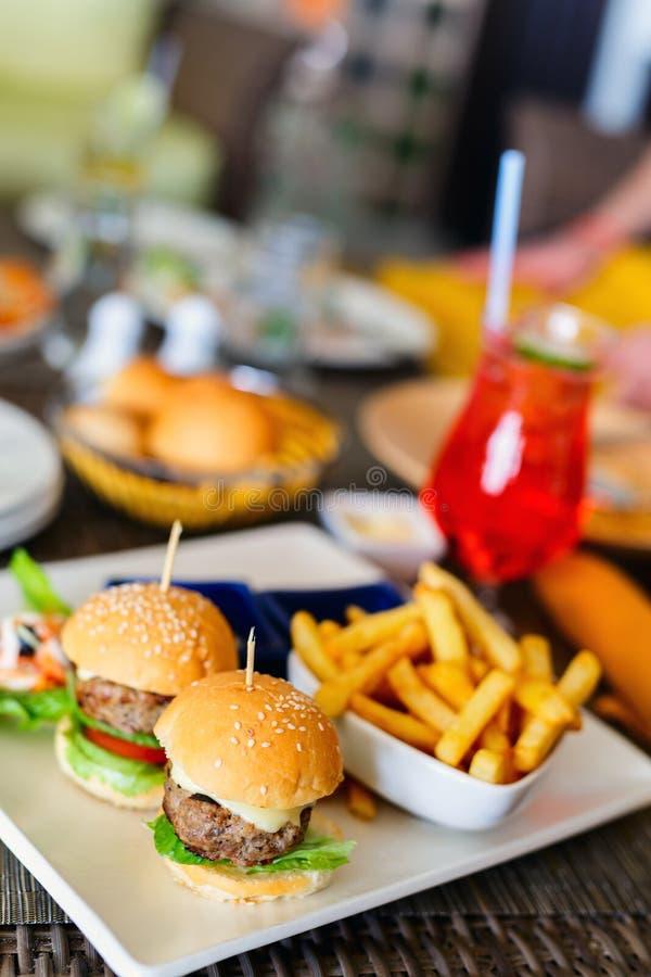 Hamburger en frieten royalty-vrije stock afbeeldingen
