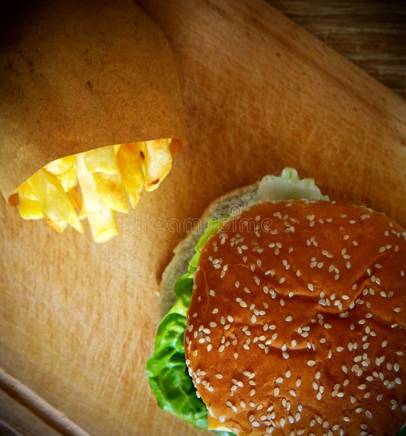 Hamburger en frieten op een houten lijst royalty-vrije stock foto