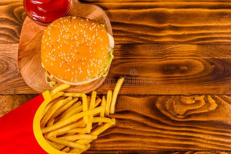 Hamburger en frieten op houten lijst Hoogste mening royalty-vrije stock afbeeldingen